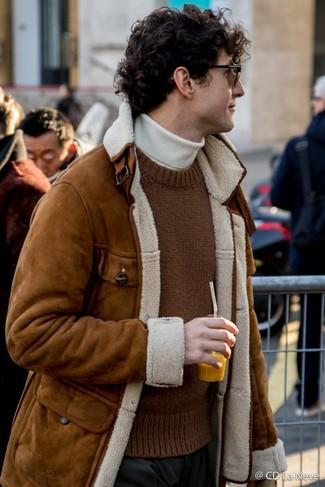 Comment porter: veste en peau de mouton retournée marron, pull à col rond en tricot marron, pull à col roulé blanc, pantalon de costume noir