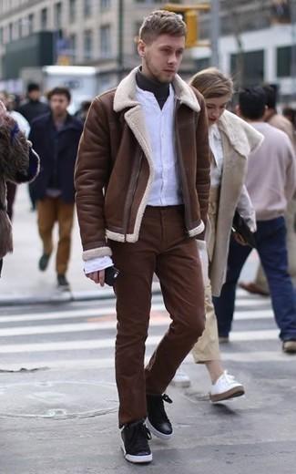 Comment porter une chemise à manches longues blanche: Essaie de marier une chemise à manches longues blanche avec un pantalon chino marron pour une tenue confortable aussi composée avec goût. Si tu veux éviter un look trop formel, termine ce look avec une paire de des baskets basses en cuir noires.