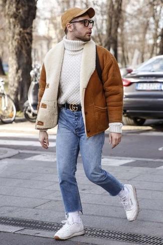 Comment porter: veste en peau de mouton retournée tabac, pull à col roulé en laine en tricot blanc, jean bleu, baskets basses en cuir blanches