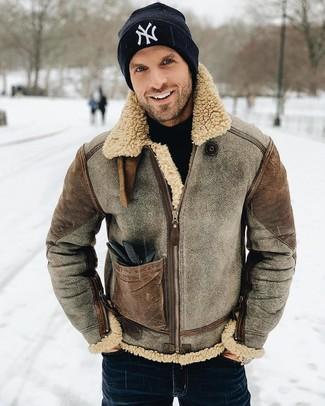 Comment porter: veste en peau de mouton retournée marron, pull à col roulé noir, jean bleu marine, bonnet imprimé noir et blanc
