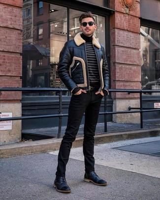 Comment porter: veste en peau de mouton retournée noire, pull à col roulé à rayures horizontales noir et blanc, jean noir, bottes de loisirs en cuir noires
