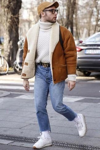 Comment porter une veste: Opte pour une veste avec un jean bleu clair pour un déjeuner le dimanche entre amis. Assortis ce look avec une paire de des baskets basses en cuir blanches.
