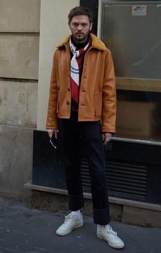 Comment porter une veste en peau de mouton retournée tabac en hiver: Pense à associer une veste en peau de mouton retournée tabac avec un jean bleu marine pour une tenue idéale le week-end. Une paire de des baskets basses en cuir blanches apporte une touche de décontraction à l'ensemble. On aime cette tenue, bien hivernale.