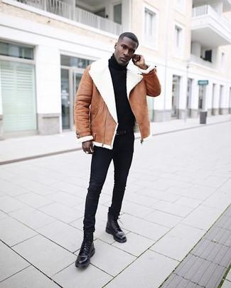 Comment porter: veste en peau de mouton retournée marron, pull à col roulé noir, jean skinny noir, bottes de loisirs en cuir noires