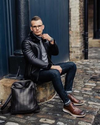 Comment porter: veste en peau de mouton retournée noire, pull à col roulé gris, jean skinny bleu marine, chaussures brogues en cuir marron
