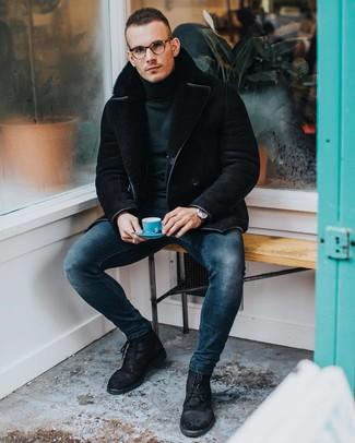 Comment porter: veste en peau de mouton retournée noire, pull à col roulé vert foncé, jean skinny bleu marine, bottes de loisirs en daim noires