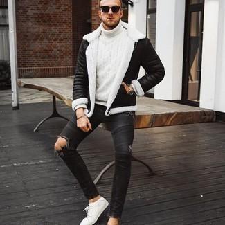 Tendances mode hommes: Marie une veste en peau de mouton retournée noire avec un jean skinny déchiré gris foncé pour un look idéal le week-end. Une paire de baskets basses en toile blanches apportera une esthétique classique à l'ensemble.