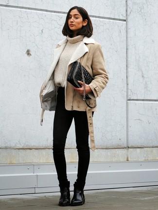 Tenue: Veste en peau de mouton retournée beige, Pull à col roulé en tricot beige, Jean skinny noir, Bottines chelsea en cuir noires