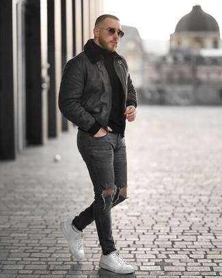 Comment porter un pull à col roulé noir: Marie un pull à col roulé noir avec un jean skinny déchiré gris foncé pour une tenue relax mais stylée. Complète cet ensemble avec une paire de baskets basses en cuir blanches pour afficher ton expertise vestimentaire.