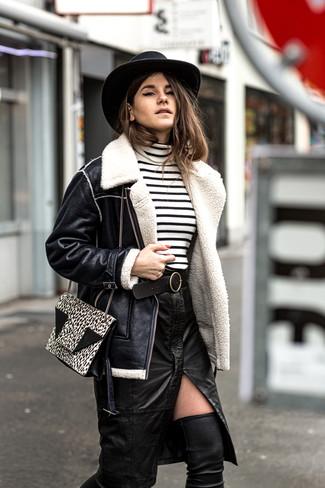 Comment porter: veste en peau de mouton retournée noire, pull à col roulé à rayures horizontales blanc et noir, jupe crayon en cuir fendue noire, cuissardes en cuir noires
