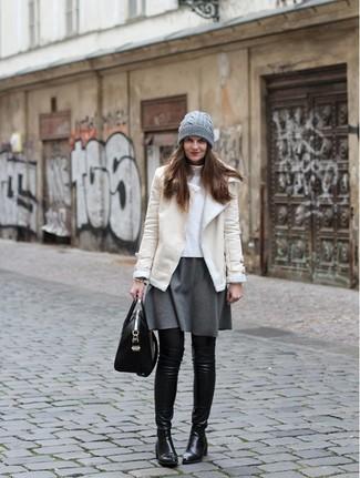 Comment porter: veste en peau de mouton retournée beige, pull à col roulé blanc, jupe patineuse grise, cuissardes en cuir noires