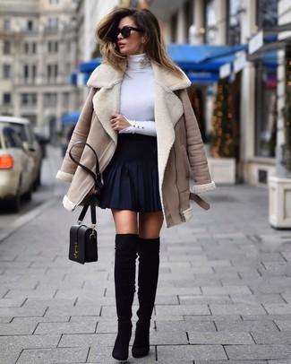 Comment porter: veste en peau de mouton retournée beige, pull à col roulé blanc, jupe patineuse bleu marine, cuissardes en daim noires
