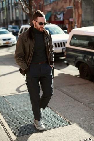 Comment s'habiller pour un style decontractés: Pense à associer une veste en peau de mouton retournée marron avec un pantalon cargo gris foncé pour affronter sans effort les défis que la journée te réserve. Jouez la carte décontractée pour les chaussures et fais d'une paire de des chaussures de sport grises ton choix de souliers.