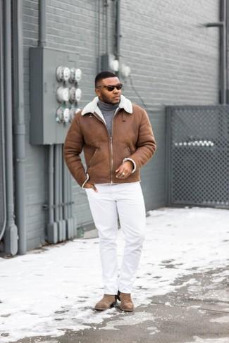 Comment porter: veste en peau de mouton retournée marron, pull à col roulé gris, pantalon chino blanc, bottines chelsea en daim marron