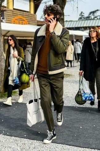 Comment porter des lunettes de soleil: Marie une veste en peau de mouton retournée olive avec des lunettes de soleil pour un look idéal le week-end. Cette tenue se complète parfaitement avec une paire de des baskets montantes en toile noires et blanches.
