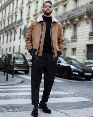 Comment porter un pull à col roulé noir: Pense à marier un pull à col roulé noir avec un pantalon chino noir pour une tenue idéale le week-end. Une paire de des chaussures derby en daim noires ajoutera de l'élégance à un look simple.