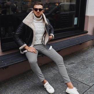 Comment s'habiller en hiver: Pense à associer une veste en peau de mouton retournée noire avec un pantalon chino en pied-de-poule gris pour affronter sans effort les défis que la journée te réserve. Si tu veux éviter un look trop formel, choisis une paire de baskets basses en toile blanches. On trouve que pour l'hiver cette tenue est idéale.