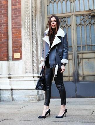 Comment porter: veste en peau de mouton retournée noire et blanche, pull à col roulé noir, pantalon slim en cuir noir, escarpins en cuir noirs