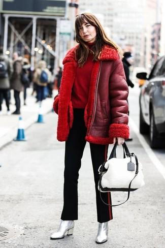 Comment porter un pull à col roulé rouge: Choisis un pull à col roulé rouge et un pantalon slim à rayures verticales noir pour obtenir un look relax mais stylé. Cette tenue se complète parfaitement avec une paire de des bottines en cuir argentées.