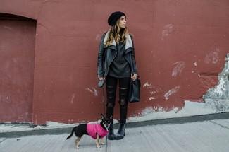 Harmonise une veste en peau de mouton retournée en cuir noire avec un jean skinny déchiré noir pour une tenue idéale le week-end. Pourquoi ne pas ajouter une paire de des bottines plates à lacets en cuir grises foncées à l'ensemble pour une allure plus décontractée?