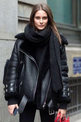 Comment porter: veste en peau de mouton retournée noire, pull surdimensionné noir, jean skinny noir, sac à dos en cuir noir