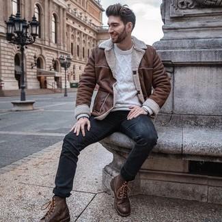 Comment s'habiller en hiver: Choisis une veste en peau de mouton retournée marron et un jean bleu marine pour un déjeuner le dimanche entre amis. Complète cet ensemble avec une paire de bottes de loisirs en cuir marron pour afficher ton expertise vestimentaire. On aime cette tenue, bien hivernale.