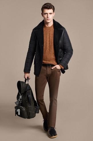 Comment porter: veste en peau de mouton retournée noire, pull torsadé tabac, jean skinny marron, chaussures derby en cuir noires