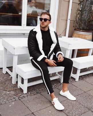 Comment porter: veste en peau de mouton retournée noire et blanche, pull torsadé noir, jean skinny noir et blanc, baskets basses en cuir blanches