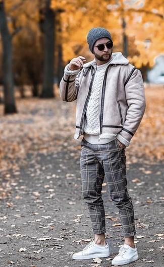 Comment porter: veste en peau de mouton retournée beige, pull torsadé blanc, pantalon chino en laine à carreaux gris, baskets basses en cuir blanches