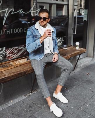 Comment porter: veste en peau de mouton retournée en denim bleu clair, pull torsadé blanc, pantalon chino écossais gris, baskets basses blanches