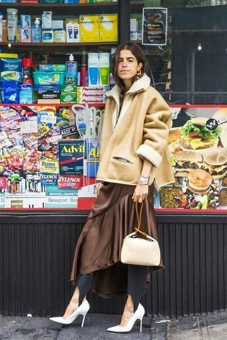 Comment porter: veste en peau de mouton retournée marron clair, robe midi en soie marron, leggings noirs, escarpins en cuir blancs
