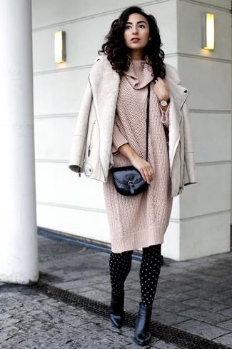 Comment porter: veste en peau de mouton retournée beige, robe-pull en tricot beige, bottines en cuir noires, sac bandoulière en cuir noir