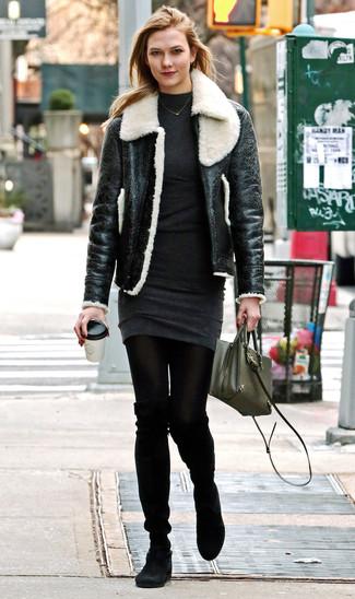 Comment porter: veste en peau de mouton retournée noire et blanche, robe-pull gris foncé, cuissardes en daim noires, sac bandoulière en cuir olive
