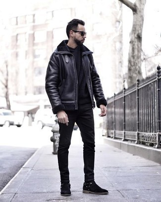 Comment porter un sweat à capuche noir: Pense à harmoniser un sweat à capuche noir avec un jean noir pour une tenue confortable aussi composée avec goût. Jouez la carte classique pour les chaussures et fais d'une paire de des bottines chelsea en daim noires ton choix de souliers.