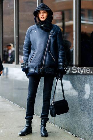 Comment porter: veste en peau de mouton retournée noire, sweat à capuche noir, jean skinny noir, bottines en cuir noires
