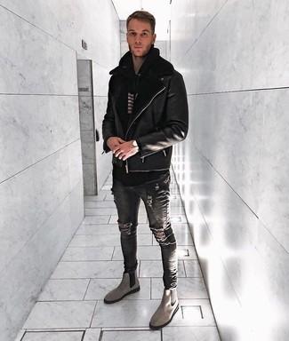 Comment porter: veste en peau de mouton retournée noire, sweat à capuche à rayures horizontales noir et blanc, jean skinny déchiré gris foncé, bottines chelsea en daim grises