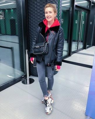 Comment porter: veste en peau de mouton retournée noire, sweat à capuche rouge, jean skinny gris, chaussures de sport grises