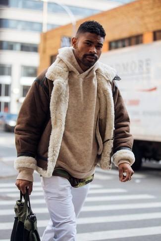 Comment porter: veste en peau de mouton retournée marron foncé, sweat à capuche marron clair, t-shirt à col rond camouflage olive, pantalon chino blanc