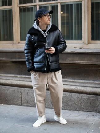 Comment porter une casquette de base-ball bleu marine: Une veste en peau de mouton retournée noire et une casquette de base-ball bleu marine sont une tenue avisée à avoir dans ton arsenal. Cette tenue se complète parfaitement avec une paire de baskets montantes en toile blanches.