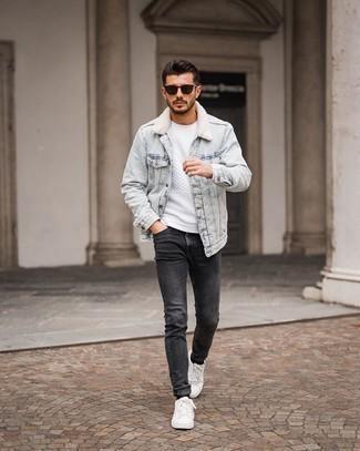 Comment porter des baskets basses en toile blanches: Pense à marier une veste en peau de mouton retournée en denim bleu clair avec un jean skinny gris foncé pour obtenir un look relax mais stylé. Une paire de baskets basses en toile blanches est une option parfait pour complèter cette tenue.
