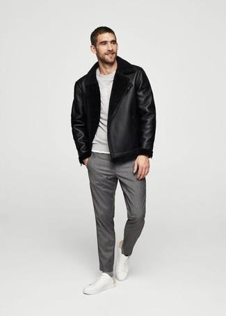 Comment porter: veste en peau de mouton retournée noire, sweat-shirt gris, pantalon de costume gris, baskets basses en cuir blanches