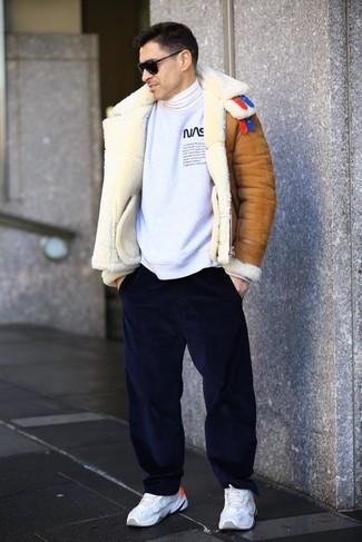 Comment porter: veste en peau de mouton retournée tabac, sweat-shirt imprimé blanc et noir, pull à col roulé blanc, pantalon chino en velours côtelé bleu marine