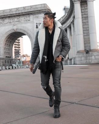 Comment s'habiller en hiver: Pour une tenue aussi confortable que ton canapé, choisis une veste en peau de mouton retournée gris foncé et un jean déchiré gris foncé. Choisis une paire de bottines chelsea en cuir noires pour afficher ton expertise vestimentaire. Ce look est un parfait exemple du look vraiment hivernal.