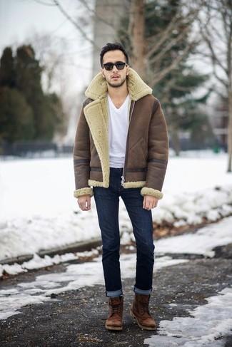 Comment porter: veste en peau de mouton retournée marron, t-shirt à col en v blanc, jean bleu marine, bottes de loisirs en cuir marron