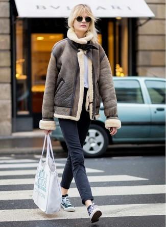 Comment porter: veste en peau de mouton retournée marron, t-shirt à col rond blanc, jean noir, baskets basses en toile noires et blanches
