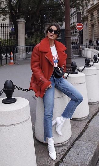Comment porter: veste en peau de mouton retournée rouge, t-shirt à col rond imprimé blanc et rouge, jean bleu, bottines élastiques blanches