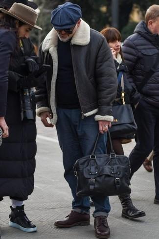 Comment s'habiller pour un style chic decontractés: Marie une veste en peau de mouton retournée noire avec un jean bleu marine pour obtenir un look relax mais stylé. Jouez la carte classique pour les chaussures et termine ce look avec une paire de chaussures derby en cuir bordeaux.
