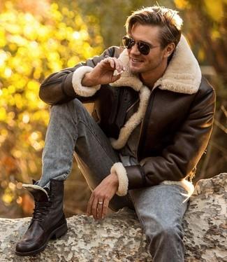 Comment porter: veste en peau de mouton retournée marron foncé, t-shirt à col rond gris, jean skinny gris, bottes de loisirs en cuir marron foncé