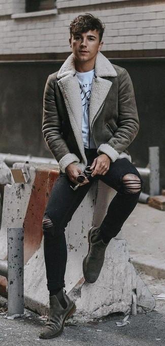Comment porter: veste en peau de mouton retournée grise, t-shirt à col rond imprimé blanc et noir, jean skinny déchiré noir, bottines chelsea en daim grises