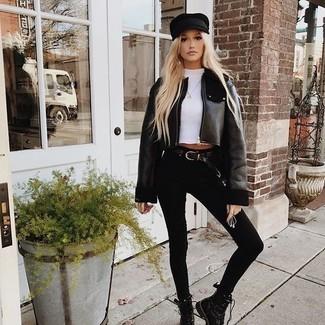 Comment porter: veste en peau de mouton retournée noire, t-shirt à col rond blanc, jean skinny noir, bottines plates à lacets en cuir noires